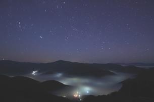 夜中湧く雲海と星空の時の写真素材 [FYI02991252]