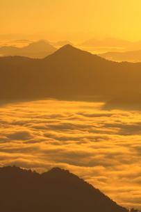 雲海染まる秋の丹波の山の朝の写真素材 [FYI02991256]