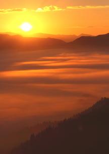秋、雲海湧く朝日の頃の写真素材 [FYI02991260]