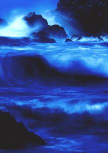 冬、大波弾ける日本海の写真素材 [FYI02991265]