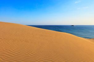 鳥取砂丘と朝の日本海の写真素材 [FYI02991268]