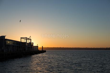 夕暮れの海岸の写真素材 [FYI02991278]