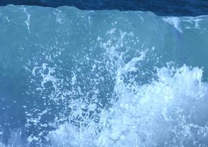 大波弾ける直前の海の写真素材 [FYI02991291]