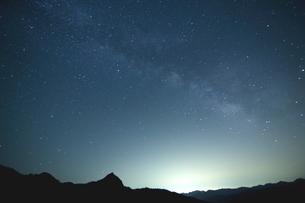 天の川流れる夜の山の写真素材 [FYI02991307]