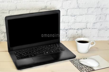 デスクの上のパソコンとコーヒーの写真素材 [FYI02991356]