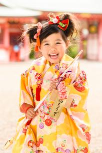 破魔矢を持つ晴れ着の女の子の写真素材 [FYI02991357]