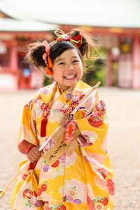 破魔矢を持つ晴れ着の女の子の写真素材 [FYI02991360]