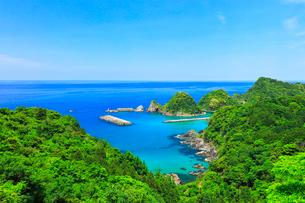 山陰海岸 日本海に居組港の写真素材 [FYI02991377]