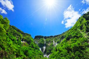 称名峡谷 ハンノキ滝と空に太陽の写真素材 [FYI02991391]