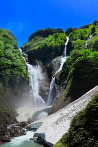 快晴の空に称名滝とハンノキ滝に雪渓の写真素材 [FYI02991393]