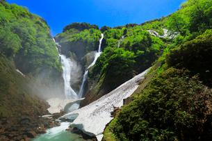 快晴の空に称名滝とハンノキ滝に雪渓の写真素材 [FYI02991395]