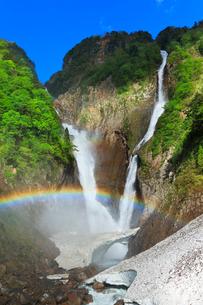 快晴の空に称名滝とハンノキ滝に虹と雪渓の写真素材 [FYI02991408]