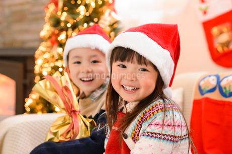 クリスマスツリーとサンタ帽をかぶった子供の写真素材 [FYI02991419]