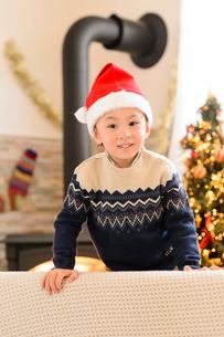 クリスマスツリーとサンタ帽をかぶった女の子の写真素材 [FYI02991423]