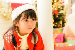 クリスマスツリーとサンタ帽をかぶった子供の写真素材 [FYI02991442]