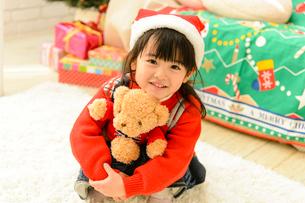 クリスマスツリーとサンタ帽をかぶった子供の写真素材 [FYI02991448]