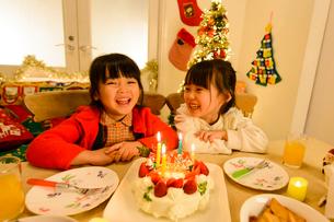 クリスマスパーティする子供の写真素材 [FYI02991470]