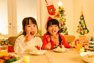 クリスマスパーティする子供の写真素材 [FYI02991485]