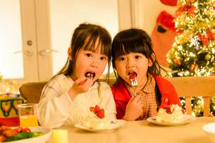 クリスマスパーティする子供の写真素材 [FYI02991486]