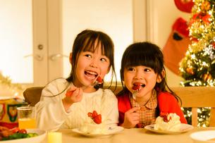 クリスマスパーティする子供の写真素材 [FYI02991490]