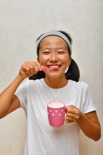 歯磨きする女の子の写真素材 [FYI02991515]