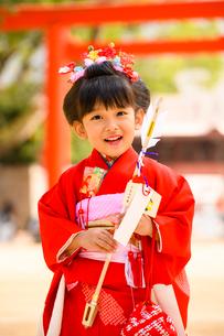 破魔矢を持つ晴れ着の女の子の写真素材 [FYI02991525]