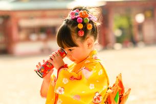 万華鏡を見る晴れ着の女の子の写真素材 [FYI02991567]