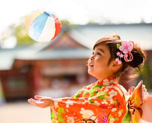 紙風船で遊ぶ晴れ着の女の子の写真素材 [FYI02991583]