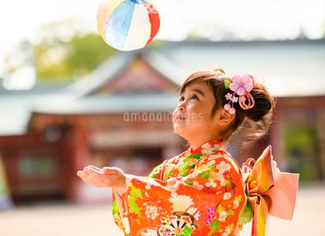 紙風船で遊ぶ晴れ着の女の子の写真素材 [FYI02991585]