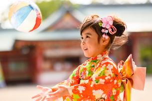 紙風船で遊ぶ晴れ着の女の子の写真素材 [FYI02991588]
