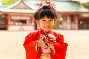 獅子舞のおもちゃを持つ晴れ着の女の子の写真素材 [FYI02991593]