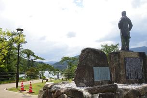 大井ダムを見る 福沢桃介像の写真素材 [FYI02991642]