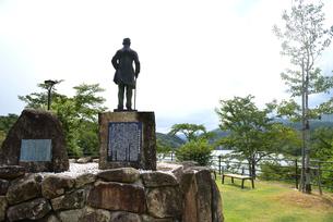 大井ダムを見る 福沢桃介像の写真素材 [FYI02991645]