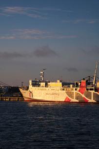 稚内港とハートランドフェリーの朝の写真素材 [FYI02991696]