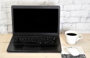 デスクの上のパソコンとコーヒーの写真素材 [FYI02991734]