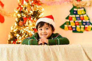 クリスマスツリーとサンタ帽をかぶった男の子の写真素材 [FYI02991810]