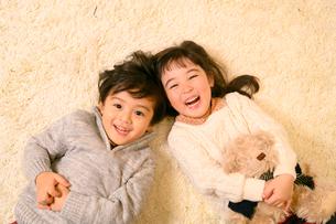 絨毯の上で遊ぶ子供の写真素材 [FYI02991820]