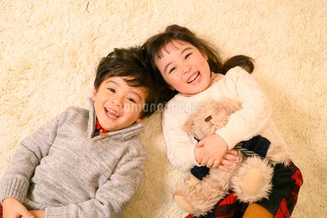 絨毯の上で遊ぶ子供の写真素材 [FYI02991821]