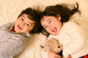 絨毯の上で遊ぶ子供の写真素材 [FYI02991822]