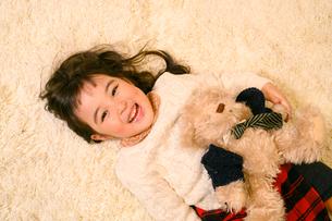 絨毯の上で遊ぶ子供の写真素材 [FYI02991823]