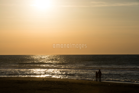 夕暮れの浜辺の写真素材 [FYI02991859]