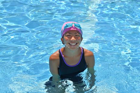 プールで泳ぐ女の子の写真素材 [FYI02991884]