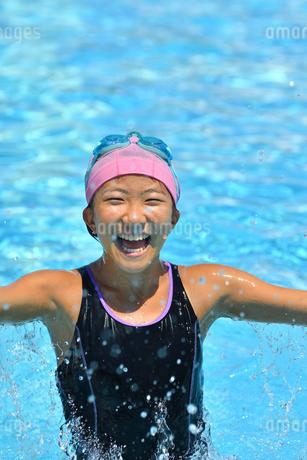プールで泳ぐ女の子の写真素材 [FYI02991886]