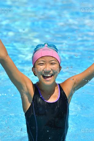 プールで泳ぐ女の子の写真素材 [FYI02991888]