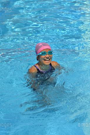プールで泳ぐ女の子の写真素材 [FYI02991891]