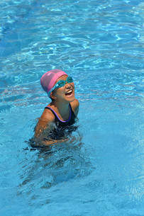 プールで泳ぐ女の子の写真素材 [FYI02991893]