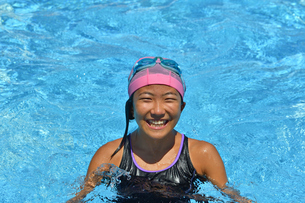 プールで泳ぐ女の子の写真素材 [FYI02991895]