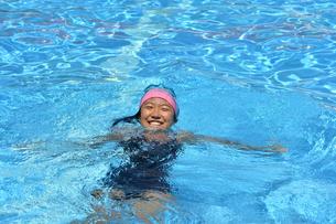 プールで泳ぐ女の子の写真素材 [FYI02991899]