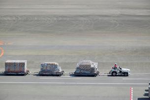 成田国際空港で貨物を運搬するトーイングトラクターの写真素材 [FYI02991959]