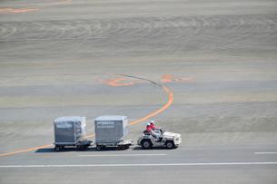 成田空港の航空コンテナの写真素材 [FYI02991960]